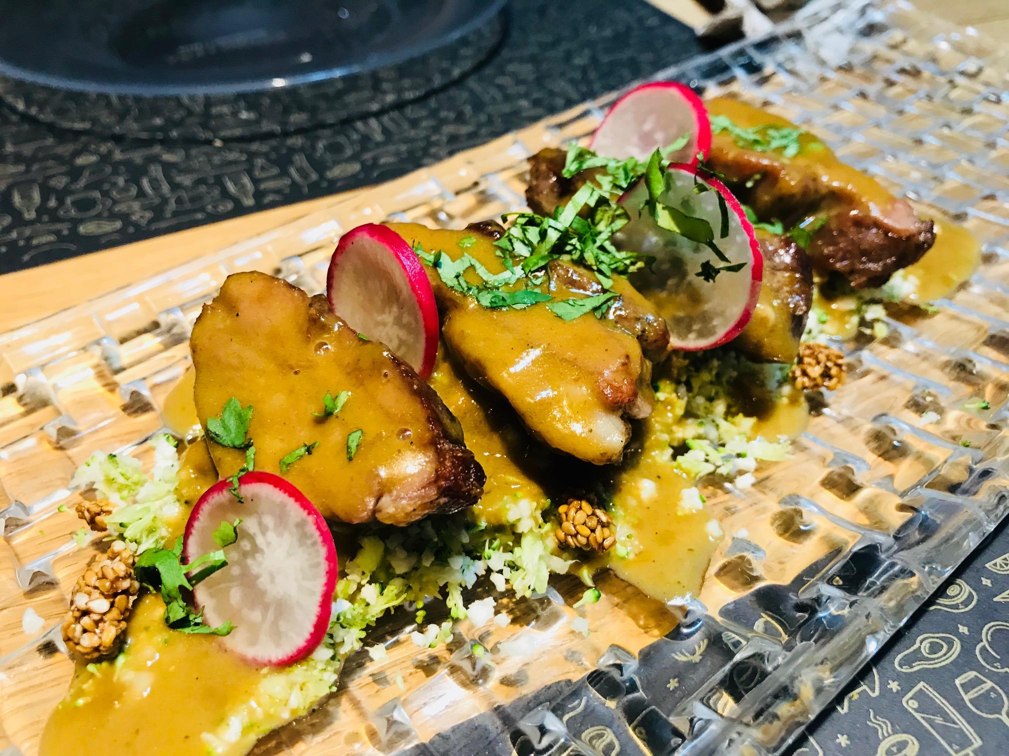 Curry de cordero a la brasa con cous cous vegetal y sesamo garrapiñado