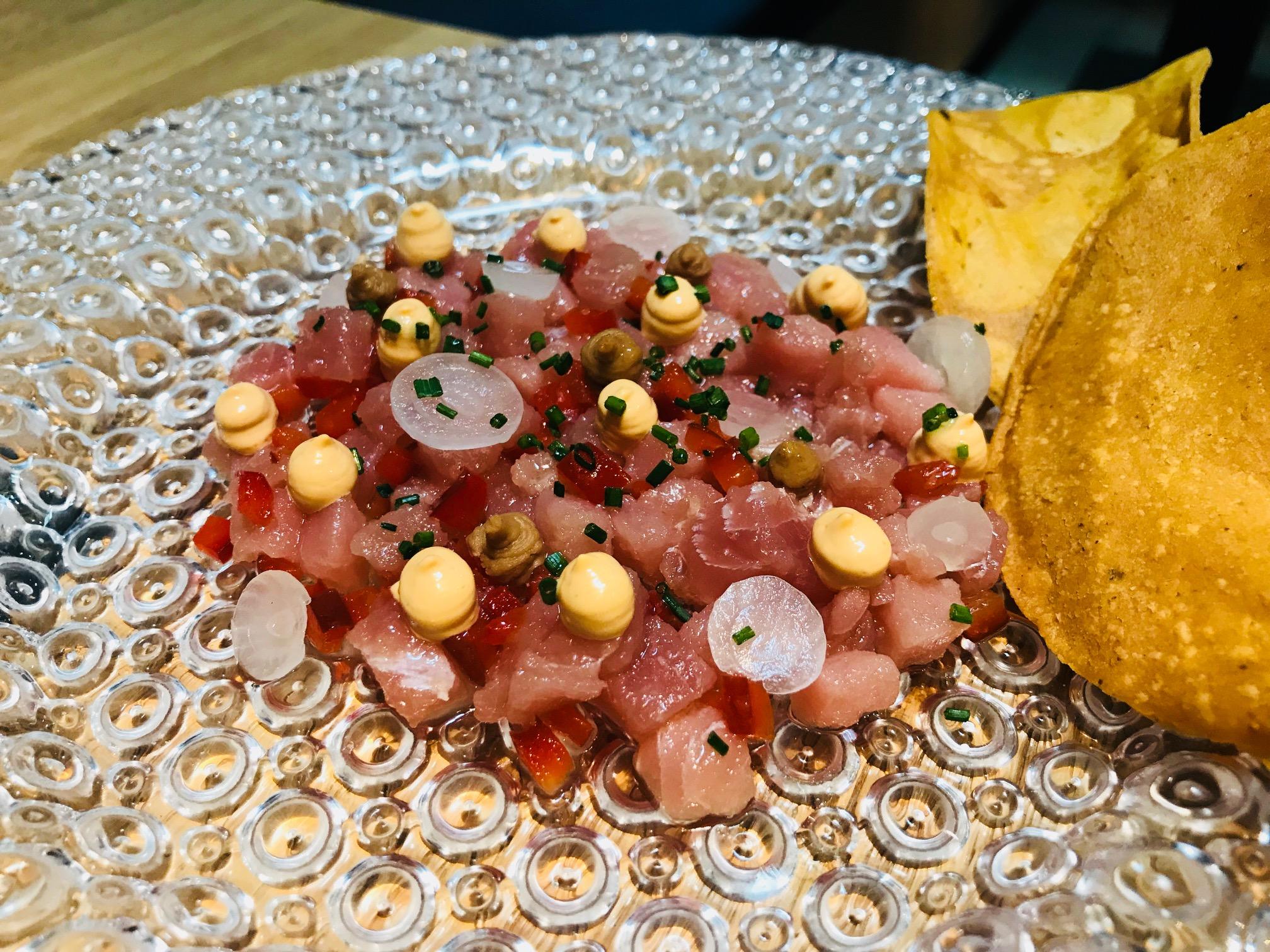 tartar de atún con mayonesa de chiles torrados y cacahuete cítrico