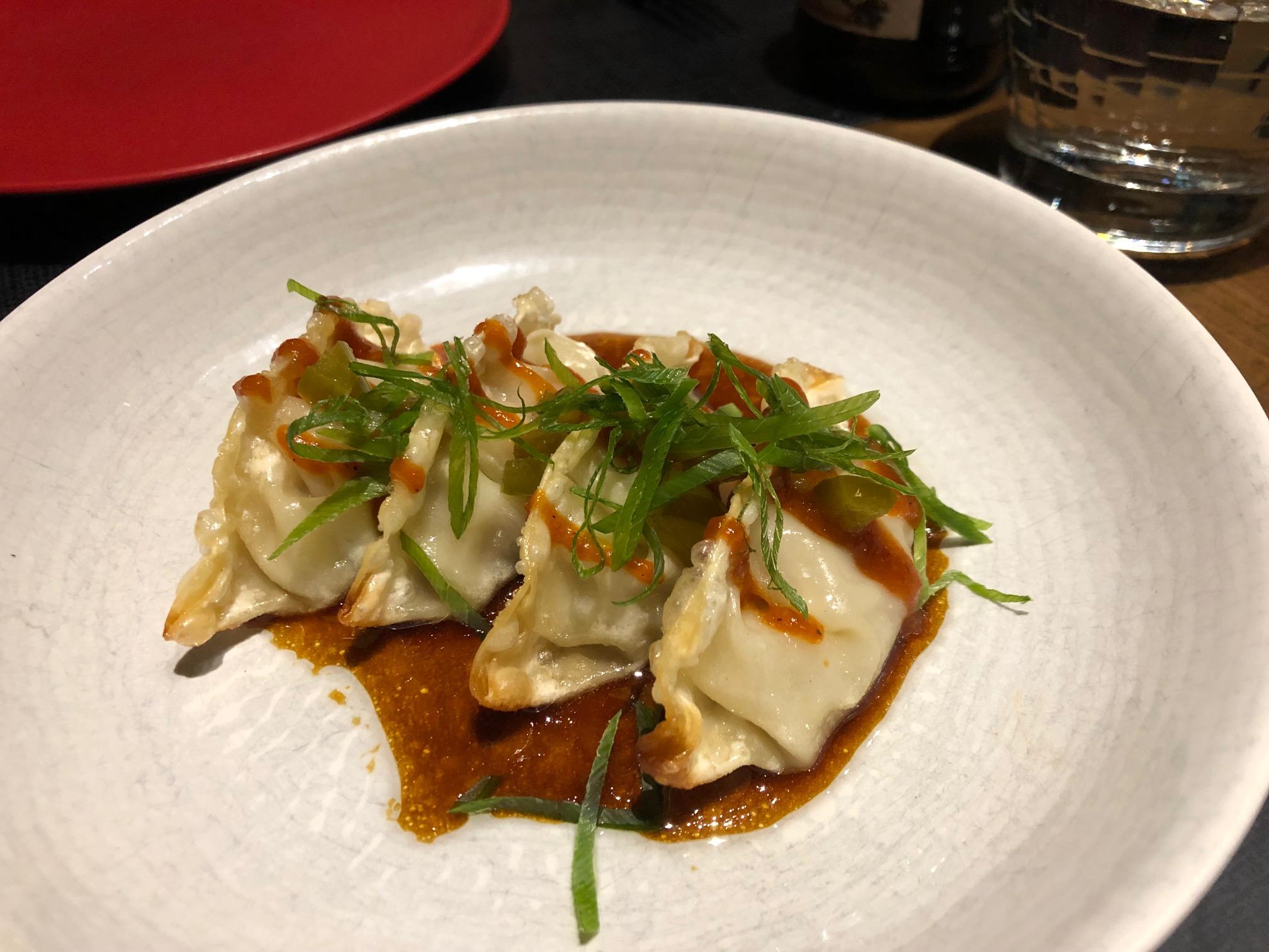 Dumpling de cerdo asado con hoisin de pimiento asado, cebolleta china y yuzu-ponzu