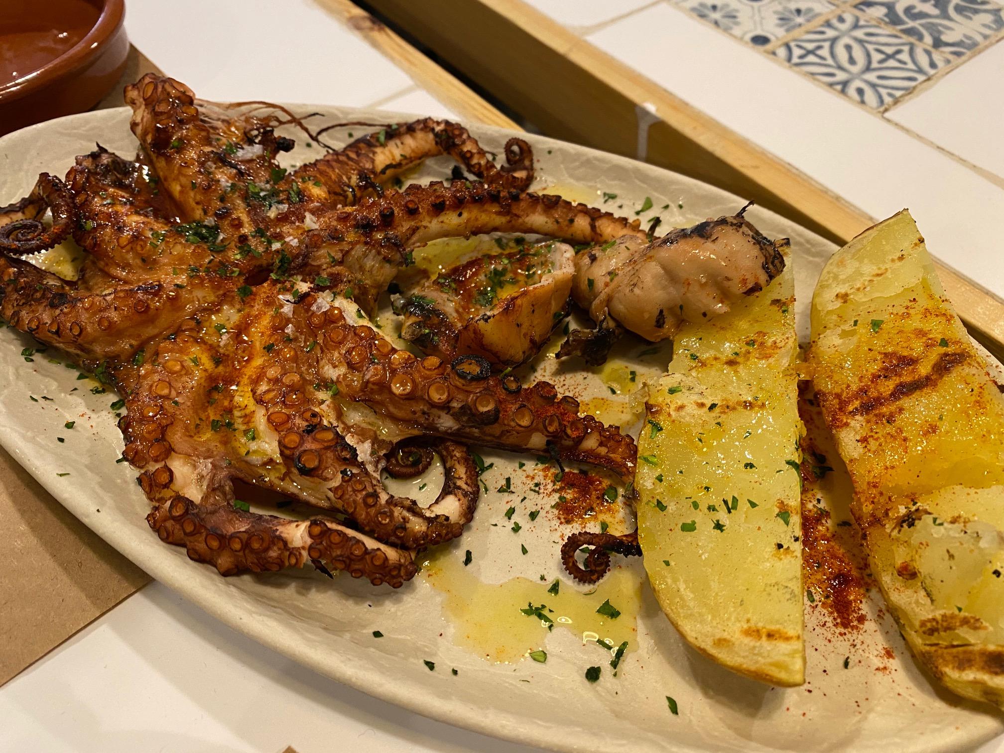 Pulpo a la brasa, especialidad de Aladroc Fish Bar en Ruzafa